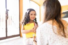 Babysitter Preparing Female Child für Kindergarten lizenzfreies stockfoto
