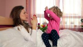 Babysitterfrau mit dem kleinen Mädchen, das Handzeichen zeigt Kinderhandtraining stock video footage