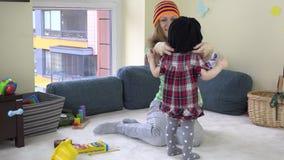 Babysitterkvinna med hatten för litet barnflickamått på arbete arkivfilmer