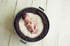 Babyslaap in een ton royalty-vrije stock foto's