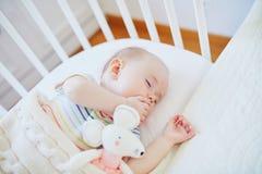 Babyslaap in mede-dwarsbalkvoederbak in bijlage aan het bed van ouders royalty-vrije stock fotografie