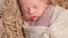 Babyslaap, met een deken omhoog wordt verpakt die stock videobeelden