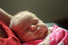 Babyslaap op de borst van moeder Stock Foto's