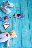 Babysocken auf Wäscheleine, Lebkuchenherzen und Bären Stockfoto