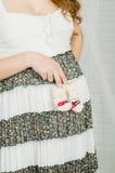 Babysocken in den Händen der schwangeren Frau Stockbilder