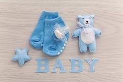 Babysokken en fopspeen het liggen stock afbeelding