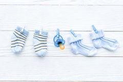 Babysokken op kabel bij houten achtergrond stock afbeeldingen