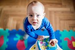 Babyspel in zijn ruimte stock foto