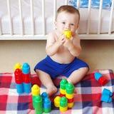 Babyspiele mit schließt zu Hause an Stockfotos