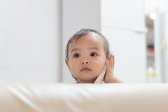 Babyspielrolle, die mit einem Handy spricht Lizenzfreie Stockfotografie