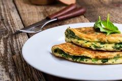 Babyspinazie en de omelet van de parmezaanse kaaskaas, gezond vegetarisch ontbijt stock foto