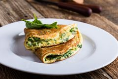 Babyspinazie en de omelet van de parmezaanse kaaskaas, gezond vegetarisch ontbijt royalty-vrije stock afbeelding