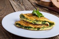 Babyspinazie en de omelet van de parmezaanse kaaskaas, gezond vegetarisch ontbijt royalty-vrije stock afbeeldingen
