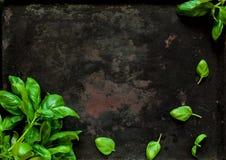 Babyspinazie op donkere uitstekende achtergrond van oude roestige metalen, hoogste mening Gezonde voedsel, veganist of dieetvoedi stock afbeeldingen
