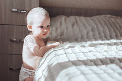 Babystand nahe Bett Lizenzfreies Stockbild