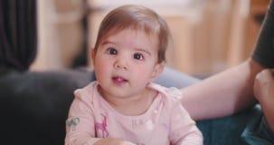 Babystellung mithilfe ihrer Mutter stock video