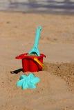 Babystrand spielt auf dem Sand auf einem tropischen Strand nahaufnahme Lizenzfreie Stockfotografie