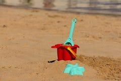 Babystrand spielt im Sand auf dem Ufer eines tropischen Strandes feiertage Stockbilder