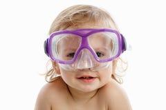 Babytaucher in der Schwimmenmaske mit einem glücklichen Gesichtsnahaufnahmeporträt, auf Weiß Lizenzfreie Stockfotos