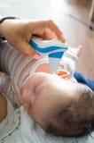 Babytemperatuur het meten Stock Foto's