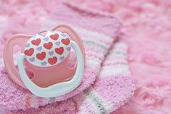 Babyutstyrseln för nyfött behandla som ett barn flickan royaltyfri fotografi