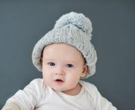戴一个灰色帽子的逗人喜爱的小的babyvis 免版税库存图片
