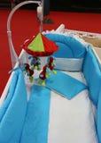 Babyvoederbak met kleurrijke pluchepuppy Stock Fotografie