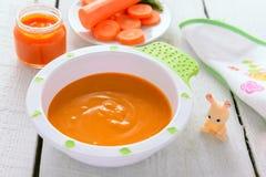 Babyvoedsel: organische wortelpuree Stock Afbeelding