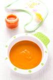Babyvoedsel: wortelpuree Stock Afbeelding
