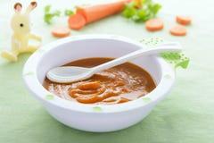 Babyvoedsel: wortelpuree Royalty-vrije Stock Afbeeldingen