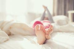Babyvoet in witte deken royalty-vrije stock foto's