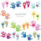 Babyvoetafdruk en de groetkaartvector van handenjonge geitjes kleurrijke Royalty-vrije Stock Afbeeldingen