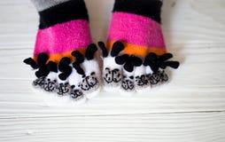 Babyvoeten in warme, lange multicolored sokken met tenen stock foto