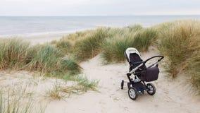 Babywandelwagen die zich bij een strand bevinden Royalty-vrije Stock Foto