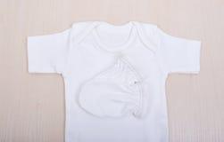 Babywaren Babybluse und Hosenschieber pijama Kind-` s Kleidungswindel-Pyjamahandschuhe trifft die weißen Westenschieber hart Lizenzfreies Stockfoto