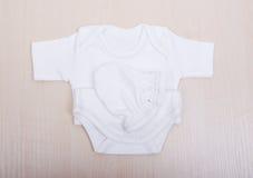 Babywaren Babybluse und Hosenschieber pijama Kind-` s Kleidungswindel-Pyjamahandschuhe trifft die weißen Westenschieber hart Lizenzfreie Stockfotografie