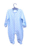 Babywarenhängen Kind-` s Kleidungskörperkosmonaut-Schieber pijama auf einem Aufhänger lokalisiert Stockfotos