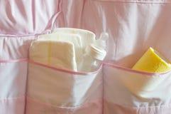 Babywindeln, -abwischen und -Saugflasche in der Tasche Lizenzfreie Stockfotos