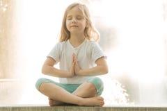 Babyyoga Yoga dichtbij het water stock afbeelding