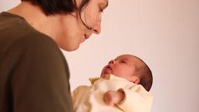 Babyzitting in Moederwapens stock videobeelden