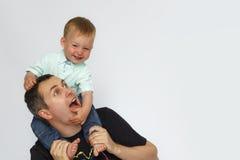 Babyzitting op vaderhals op witte achtergrond royalty-vrije stock foto's