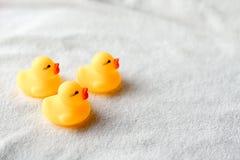 Babyzusätze auf weißem Hintergrund Raum für Text Kleine gelbe Ente stockfotografie