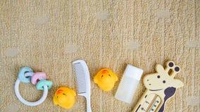 Babyzusätze für das Baden und Spielzeug auf Tuch mit Kopienraum, flache Lage lizenzfreies stockfoto