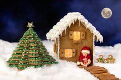 Babyzusammensetzung mit Weihnachtssüßigkeitshaus lizenzfreies stockfoto
