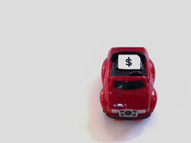 Bac à cartes de Sim et petit papier simulés comme carte de SIM sur un t rouge Images libres de droits