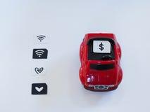 Bac à cartes de Sim et petit papier simulés comme carte de SIM sur un t rouge Images stock