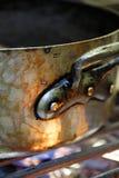 Bac à cuire de cuivre sur un cuiseur de gaz Image stock