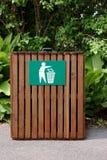 Bac à ordures en bois image stock