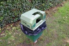 Bac à ordures usé et endommagé photographie stock libre de droits
