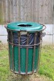 Bac à ordures vert dans un cadre en métal photographie stock libre de droits